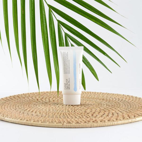 надежно защищает кожу от вредного воздействия УФ-лучей и свободных радикалов